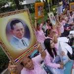 泰王病危?總理更改行程趕回曼谷 民眾著粉、黃衣衫在醫院外禱告