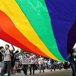 同志大遊行預估8.2萬人 彩虹旗雨中飄揚