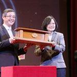 蔡英文總統賀台北科大105周年校慶 校友送她一件非常特別的禮物……
