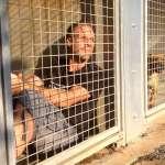 人類要怎樣才肯罷休?他無限期住進收容所狗籠,用人生痛訴動物的生命哀歌