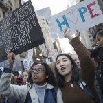 川普的美國》紐約又見反川普示威 近百人半裸遊行