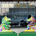香港匯豐銀行出現彩虹獅   黃之鋒父親率反同團體抗議