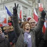 走回共產黨老路?執政黨企圖限縮媒體自由 波蘭群眾包圍國會阻擋立法