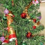 耶誕驚魂!漂亮的金色飾帶?澳洲婦女驚恐發現竟是毒蛇攀上耶誕樹!