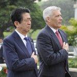 日本首相安倍晉三抵夏威夷 赴珍珠港前先走訪國家公墓