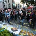 年金改革座談》群眾推倒護欄、灑冥紙 衝進會場與警方對峙