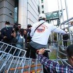 年金改革座談》民眾推倒護欄衝入 郭芳煜宣布散會