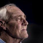 年長者整日坐在沙發上,容易得失智症?加拿大研究提出預防老年失智的絕招
