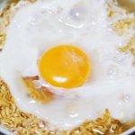 雞蛋不煮會更健康?火鍋沾醬拌生蛋、泡麵一定要配半熟蛋,營養師這樣看…