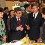 書展購買《公平經濟新藍圖》 陳建仁:年金改革要成功,過程一定要公平正義