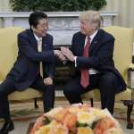 長達19秒的美日領導人握手,嚇到安倍了嗎?川普式握手引發熱議
