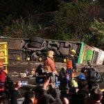 現場直播》國5遊覽車翻落邊坡,32死12傷