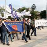 軍人包圍國防部 擲煙幕罐抗議年金改革