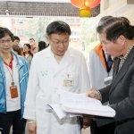 擔任一日醫師探訪長者 柯文哲:讓聯合醫院成為社區醫院,守護社區健康