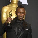 奧斯卡歷史新頁》首位抱回小金人的黑人穆斯林演員 最佳男配角馬赫夏拉阿里