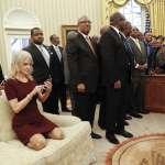 「著短裙穿鞋跪在沙發上」川普幕僚康威白宮照片引發熱議