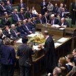 英國準備好啟動脫歐!上下議院終於通過脫歐法案,就等梅伊正式宣佈