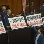 反對「前瞻基礎建設」,藍委霸佔主席台