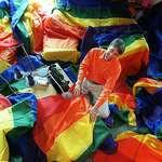 把彩虹旗帶給這個世界的同運藝術家 基爾伯特・貝克3月31日辭世,享年65歲