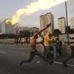「委內瑞拉首都進入無政府狀態」 軍警強力鎮壓反政府示威,至少12死