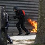 法國大選前夕》五一勞動節大遊行釀警民衝突 6名警察遭汽油彈火吻