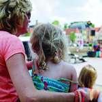 誰說外出賺錢就是老大!在荷蘭小學校門口接送孩子的,多的是爸爸和阿公…