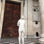 「耶穌也因信仰遭入罪」英國聖保羅大教堂前突現耶穌像!要為普世人權發聲