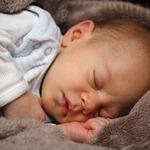 小嬰兒突然全臉發黑、嘔吐又發燒…家長務必留意,這個症狀可能讓寶寶送命啊!