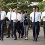 脫下西裝外套、拿著外帶杯與幕僚散步……南韓新總統文在寅親民作風讓民眾眼睛一亮