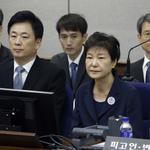 「讓認識40年的總統走上法庭,我有罪,但不是賄賂罪」朴槿惠、崔順實否認所有罪名