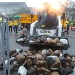 凱道抗爭傳統領域劃設100天,原民團體裝置藝術今遭警方拆除