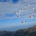 藍天壯麗畫作!雷虎小組飛越玉山 優雅翱翔天際