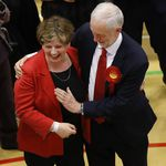 英國大選輕鬆一下》慶功擊掌變襲胸?工黨領袖柯賓「鹹豬手」影片瘋傳