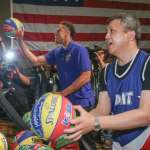 美國在台協會慶祝建國241年,梅健華上場投籃象徵美台像一個團隊