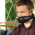 超怪異發明》戴上「這個」可以盡情的在辦公室聊八卦,其他同事只會聽到小小兵語!