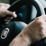 倒車明明是「巴庫」為什麼是打R檔?開車常用的英文,超車、回轉、闖紅燈這樣說…
