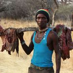 生食獸肉、人人共享獵物...深入東非一探萬年不變的原始部落