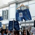 穿短褲搭公車竟被男乘客施暴、遭譏「妳不羞恥嗎?」土耳其婦女帶著憤怒與短褲走上街頭…