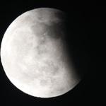 月偏食今深夜登場,英仙座流星雨周末接力上演
