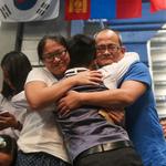 世大運撞球》許睿安喜獲金牌榮耀 與父母激動相擁
