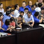 立院1萬案繼續表決 藍委突襲主席台,才佔10分鐘便遭排除