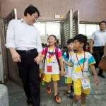 國小開學首日 市長陪小一幼童渡過