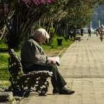 為何家中長輩走路速度會越來越慢?科學家道出驚人原因,真的不能怪老人家啊