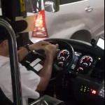 拿別人的人命開玩笑?客運司機剝柚子開車嚇壞乘客