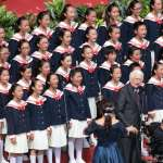 來台奉獻54年,神父甘惠忠領唱國歌