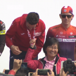 自行車大賽頒獎 官員扯金牌選手獎牌合影被批