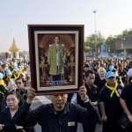 籌備逾年,蒲美蓬棺槨移靈準備火化 泰國逾20萬民眾哀戚送先王最後一程