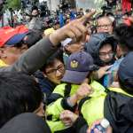 勞團準備衝整天!學生怒罵民進黨「垃圾」、獨派團體見人受傷仍不停 立院外成戰場