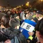 「台灣人比中國觀光客賤嗎?」10名獨派成員深夜凱道散步 遭500警力強硬驅離