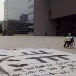 藝文人士反空污 中市府前書法寫下「悲」字